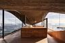Единения с природой добились и токийские архитекторы из бюро Office Of Ryue Nishizawa. Они реализовали свою идею на побережье Тихого океана в Чили, где на невысоких скалах располагается окруженный водой дом. Кухня представляет собой обширное пространство, разделенное на две зоны — рабочую и столовую. В первой оборудована деревянная столешница из нескольких ящиков с хромированным краном, а во второй — обеденный стол.<br><br>Пространство не загромождено ненужными деталями. Пустота здесь — следствие локации. Архитекторы хотели сосредоточить внимание на океанском пейзаже — от стен решили полностью отказаться в пользу панорамных окон — чтобы ничего не мешало виду на бьющиеся о скалы волны.