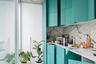 Бирюзовую кухню для апартаментов в португальском Порту придумали архитекторы из местного бюро Fala Atelier. Они разместили гарнитур вдоль стены и сосредоточили внимание на его шкафах, нарисовав на них клетки двумя оттенками бирюзы — насыщенным и более светлым. Сочетание выделяется на фоне белых стен и покрытия, текстура которого напоминает мрамор.<br><br>Архитекторы постарались сделать небольшое помещение функциональным и оборудовали рабочую зону с плитой и раковиной, однако загадкой осталось место для холодильника. Дизайнеры решили не загромождать последние квадратные метры и сохранили стеклянные двери, через которые можно выйти в просторный двор и позавтракать на свежем воздухе.