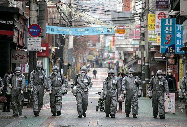 Солдаты Южной Кореи дезинфицируют улицы города