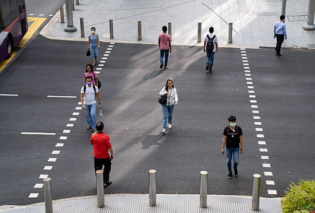 Сингапурцы соблюдают социальную дистанцию на главной улице Орчард-роуд
