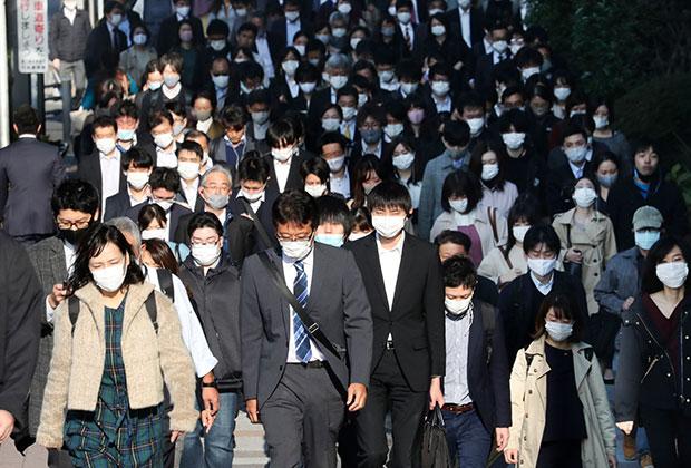 Японцы в масках на улице в Токио