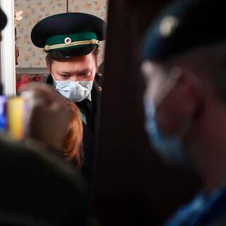 Россиянку с третьей попытки выселили из квартиры матери