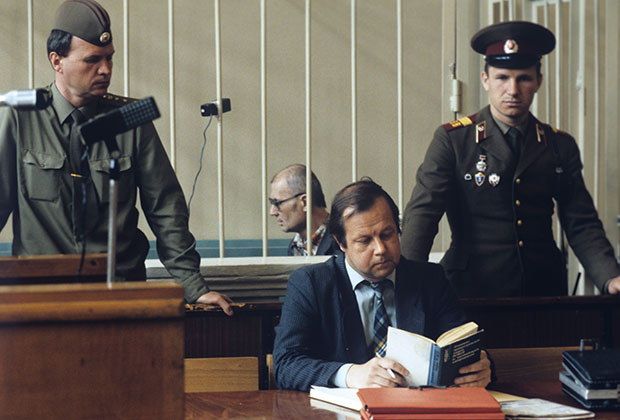 Марат Хабибулин, адвокат Андрея Чикатило (в центре)