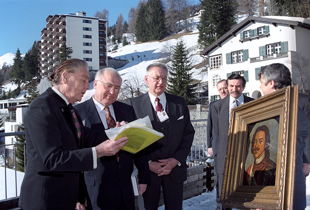 Барон Эдуард Александрович Фальц-Фейн (слева первый) передает в дар Виктору Степановичу Черномырдину портрет Петра I XVIII века из личной коллекции. Всемирный экономический форум в Давосе. 1997 год
