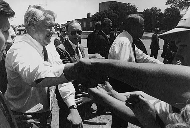 Борис Ельцин в университетском кампусе города Уичита в дни официального визита в США. 1993 год