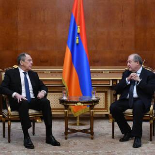 Министр иностранных дел РФ Сергей Лавров (слева) и президент Армении Армен Саркисян во время встречи в Ереване