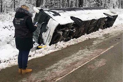 Автобус с рабочими перевернулся на российской трассе