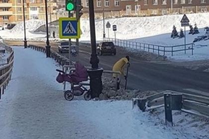 Убирающая снег женщина с коляской вызвала восторг в сети