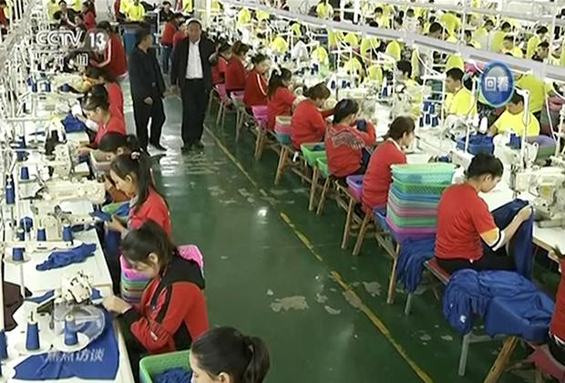 Мусульманские стажеры на швейной фабрике в «лагере перевоспитания», Синьцзян-Уйгурский автономный район Китая