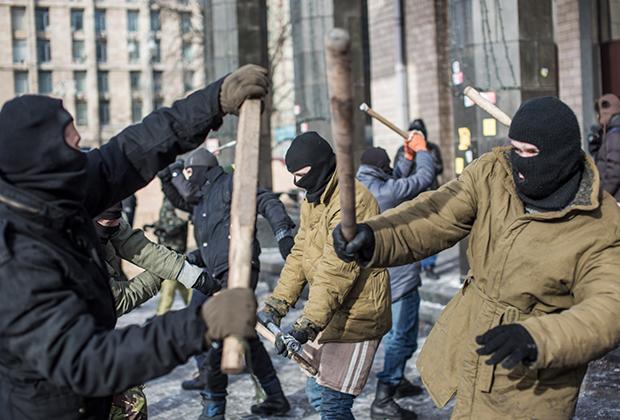 Тренировка по рукопашному бою бойцов «Правого сектора» в палаточном лагере на площади Независимости в Киеве