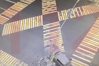 Внедорожник сбил пешеходов на тротуаре в Москве