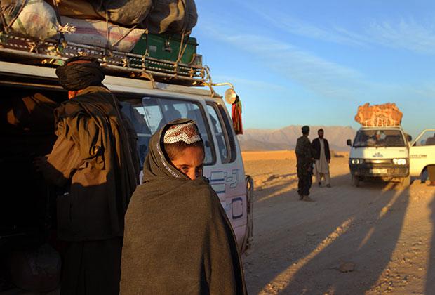 Австралийцы совместно с афганскими военными проверяют машины в провинции Урузган