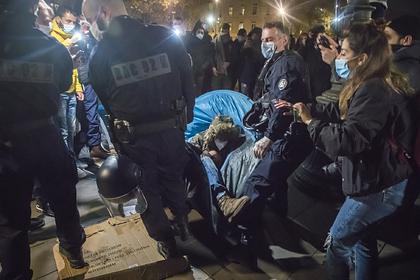 Полиция разогнала лагерь с палатками мигрантов в Париже