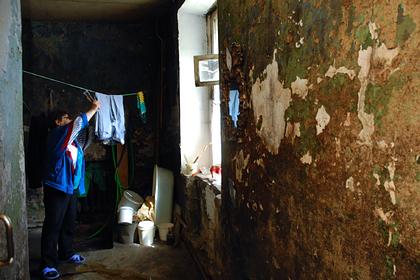 Россиянки провалились в подвал аварийного дома из своей квартиры