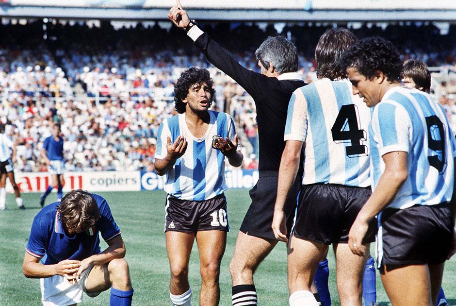 Значение фигуры Марадоны для аргентинского футбола невозможно уложить ни в какие рамки. В составе национальной команды форвард провел 91 матч, в котором забил 34 гола, но главное — нападающий стал с Аргентиной победителем чемпионата мира 1986 года, а также привел сборную к серебряным медалям мундиаля-1990.