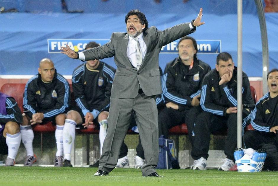 В 2008 году случилось то, о чем Марадона не только мечтал, но и не раз просил руководителей Ассоциации футбола Аргентины — ему доверили пост главного тренера сборной страны. Увенчал карьеру Диего в национальной команде чемпионат мира-2010, где бело-голубые в 1/4 финала потерпели оглушительное поражение от Германии со счетом 0:4.