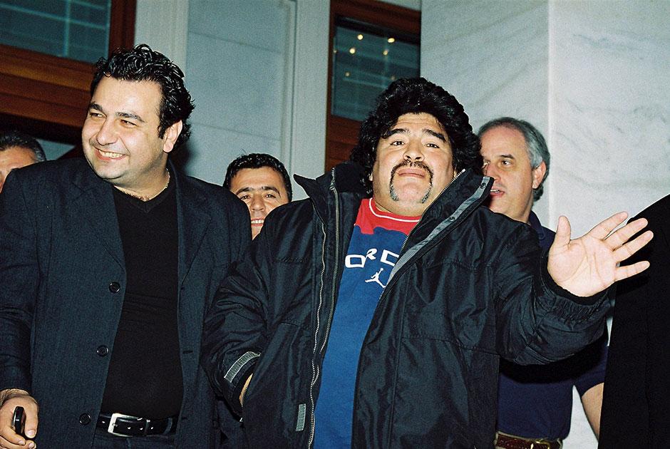 Марадона никогда не оставался в стороне от политики, причем это касалось не только его родной страны. В 2007 году он поддержал одиозного президента Венесуэлы Уго Чавеса и даже назвал себя «Чавистом». Тогда же футболист признался, что ненавидит США и все, что с ними связано. Среди последних признаний Диего было высказывание о Владимире Путине. Марадона заявил, что надеется на президента России в вопросе создания вакцины против коронавируса.