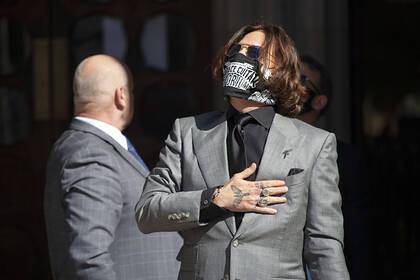 Обвиненного в домашнем насилии Джонни Деппа обязали выплатить 850 тысяч долларов