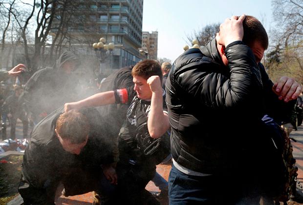 Ультраправые активисты дерутся с пророссийскими оппонентами у памятника генералу Николаю Ватутину в Киеве, Украина. 13 апреля 2018 года