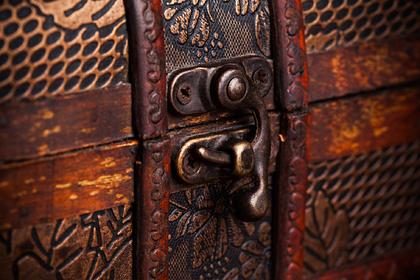 Супруги нашли клад на собственном чердаке и отдали его прежним владельцам дома