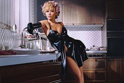 Рита Ора снялась в бигуди и латексном платье с декольте для обложки журнала