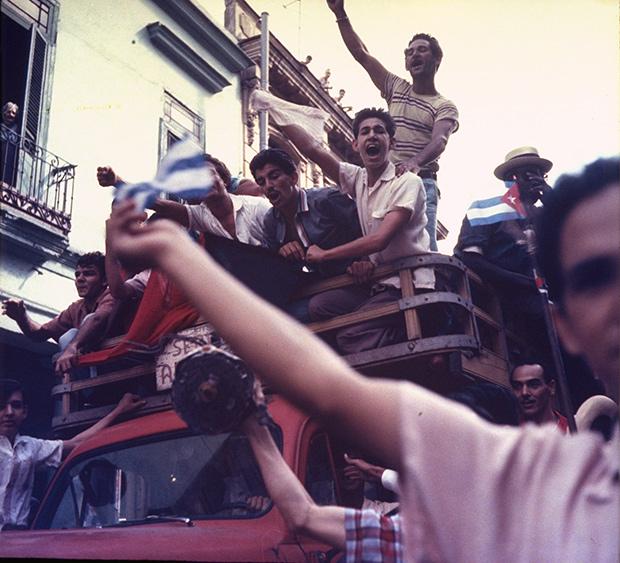 Кубинцы собираются на улицах Гаваны перед приходом в город Кастро и его бойцов