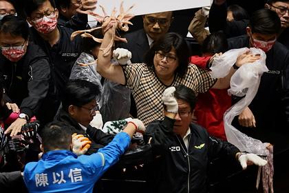 Депутаты Тайваня покидались друг в друга свиными кишками