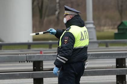 Инспектор ГИБДД ударил задержанную девушку ногой и попал на видео
