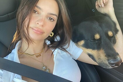 В сети раскритиковали новое фото беременной Эмили Ратаковски в машине