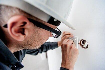 Россияне объяснили критерии выбора мастеров по ремонту и репетиторов