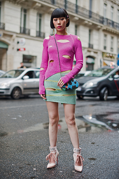 Блогерка Mademoiselle Yulia в «рваном» лонгсливе Vivienne Westwood, 2017 год