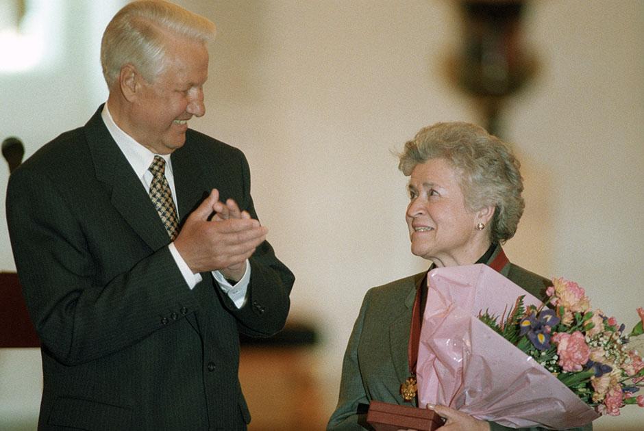 Президент России Борис Ельцин вручает Антоновой орден «За заслуги перед Отечеством» III степени в Кремле, 1997 год.