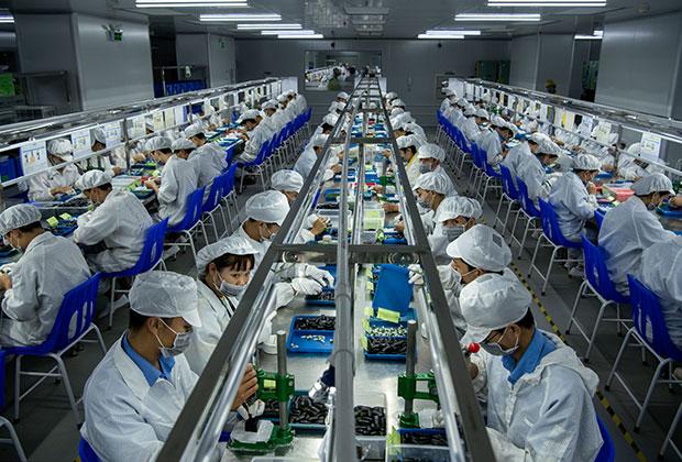 Рабочие на фабрике по производству электронных сигарет в Китае