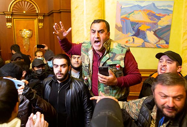 Погромщики в здании правительства Армении