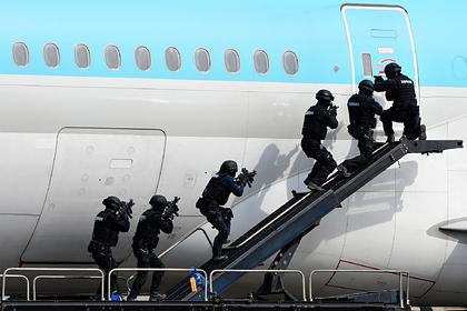 Стюардесса раскрыла способы выживания при захвате самолета террористами