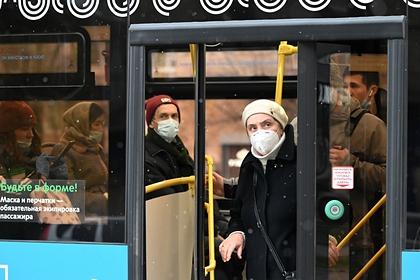 Названо количество носящих маски в общественном транспорте россиян