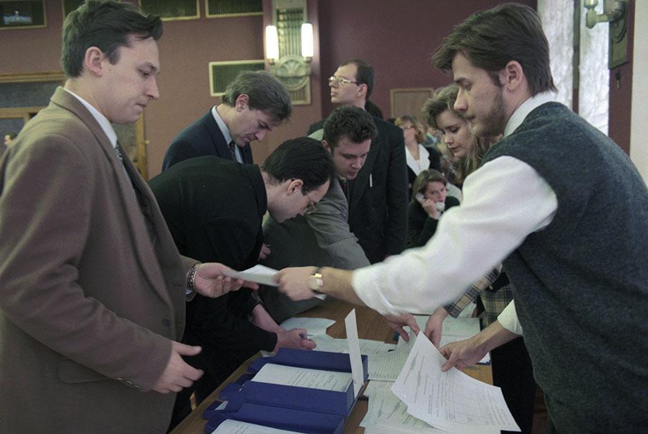 Дилеры банков во время оформления заявок на куплю-продажу валюты, Москва 4 января 1996 года