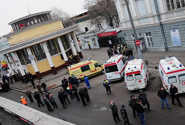 29 марта 2010 года. Сотрудники экстренных служб у станции московского метро «Парк культуры» (радиальная), где был совершен теракт