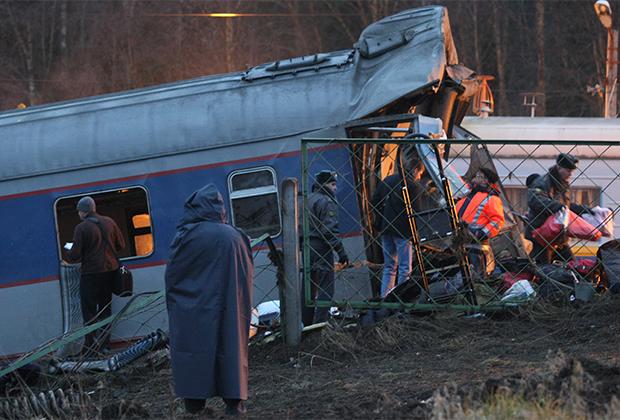 27 ноября 2009 года. Последствия подрыва пассажирского поезда «Невский экспресс» (перегон Угловка — Алешинка)