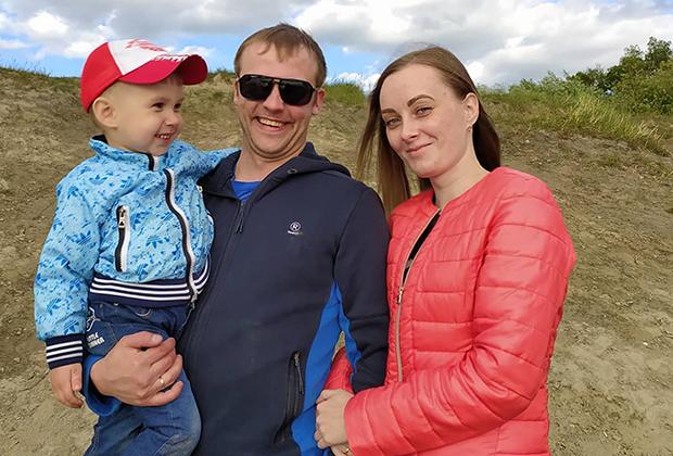 Руслан Чистяков с женой и сыном