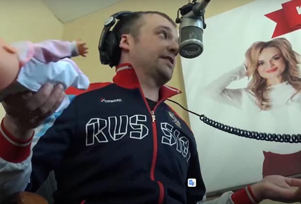 Руслан Чистяков дает интервью на радио