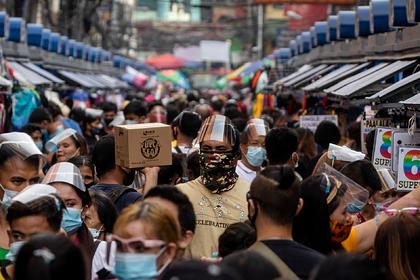 Полицейские решили контролировать соблюдение дистанции палками на Филиппинах
