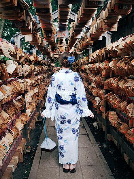 Героиня материала в традиционной японской одежде