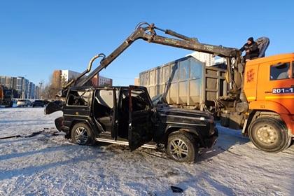 В России блогер разбил свой Gelandewagen битой и уничтожил экскаватором