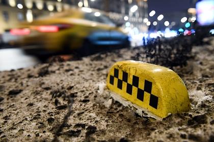 Российские подростки избили таксистку, угнали ее машину и попали на видео