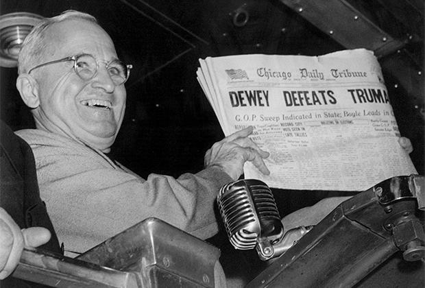 Победивший на выборах Гарри Труман позирует с газетой, где говорится о его поражении