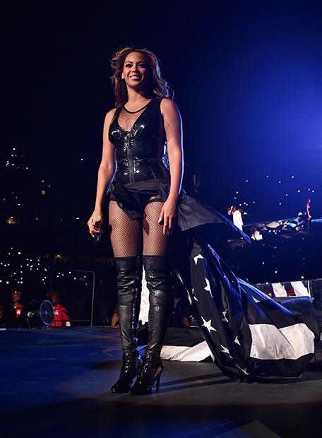 Певица Бейонсе во время мирового турне On The Run Tour: Beyonce And Jay-Z в наряде бренда Givenchy, Чикаго, 2014 год