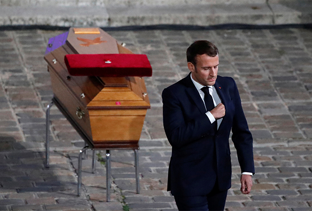 Французский президент Эммануэль Макрон у гроба учителя истории Самюэля Пати
