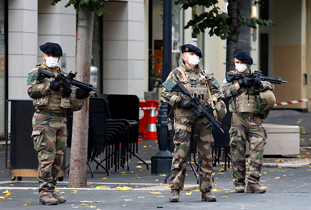 Солдаты патрулируют территорию у церкви Нотр-Дам-де-Нис