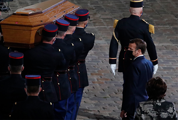 Французский президент Эммануэль Макрон у гроба историка Самюэля Пати